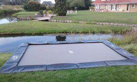 Akrobat Primus professionele trampoline Flat to the Ground rechthoekig 430 x 310 cm met premium beschermrand zwart