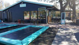 12 Springs Rekrea Bouncer trampoline Extra Blauw inground met hardhouten bekisting 28 mm