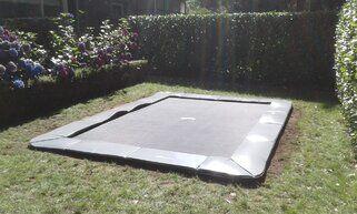 Akrobat Primus trampoline Flat to the Ground rechthoekig 430 x 310 cm met premium beschermrand grijs Grijs